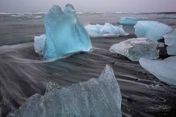 ISL0315_0133_Blocks of ice from the Vatnajökull glacier are transported ashore (Jökulsárlón, Iceland)