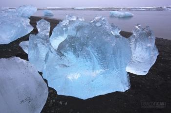 ISL0315_0134_Blocks of ice from the Vatnajökull glacier are transported ashore by the sea current (Jökulsárlón, Iceland)