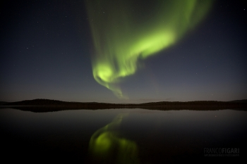LAP1014_0241_Northern lights reflecting on lake Menesjärvi in Lapland (Finland)