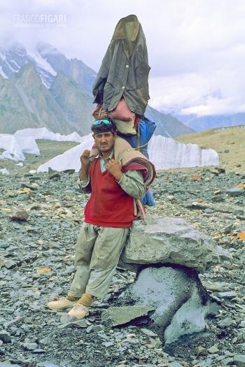 PAK0704_0299_Baltì porter on the Baltoro Glacier (Pakistan)