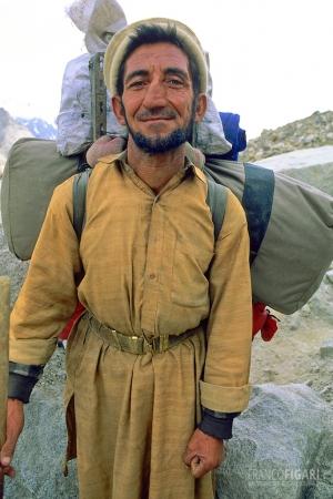 PAK0704_0300_Baltì porter on the Baltoro Glacier near Gore basecamp (Pakistan)