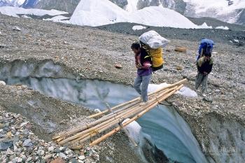 PAK0704_0320_Overcoming a crevasse on the Baltoro glacier (Pakistan)