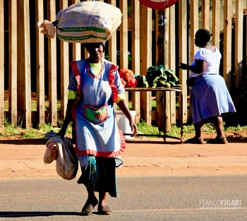 SAF1013_0648_Venda woman in Thohoyandou in the Limpopo province (South Africa)