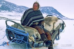 NOR0304_0325_Sleddog musher in Lapland (Norway)