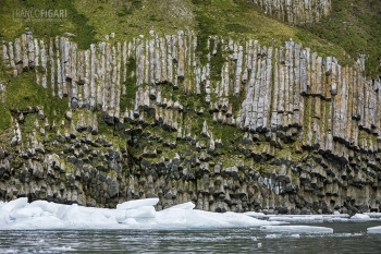 FJL0819_0734_Basalt columns on Rubini promontory (Franz Josef Land, Russia)