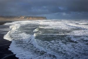 ISL0315_0369_Stormy sea off the beach and cliffs of Dyrhòlaey (Iceland)
