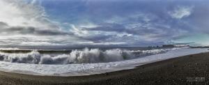 ISL0309_0380_Walking on the Dyrhòlaey black beach of vulcanic sand (Iceland)