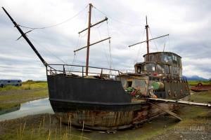 ALA0814_0405_Wreck turned into a dwelling (Alaska, USA)
